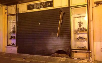 Il negozio Inglese a Foggia danneggiato da una bomba