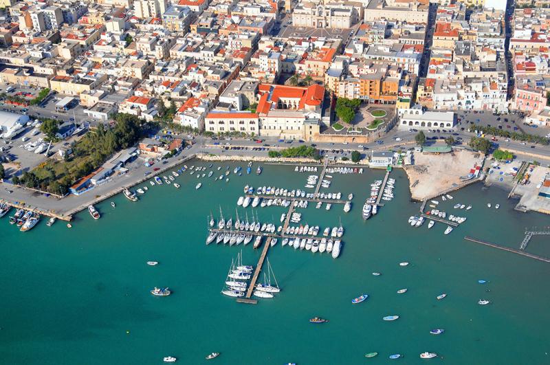 Navi Da Crociera In Arrivo Al Porto Di Manfredonia