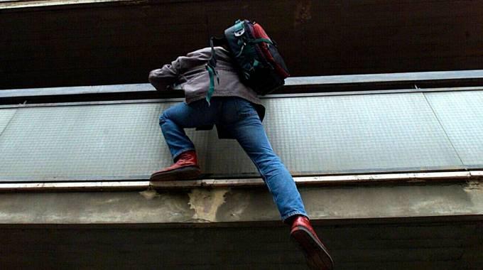 Ruba in un appartamento, beccato mentre si cala dal balcone