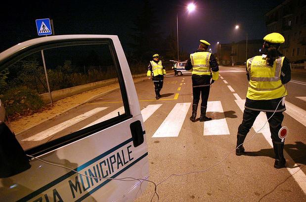 Sassaiola contro l'auto della polizia municipale