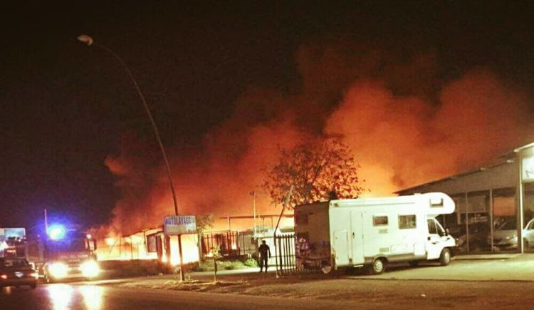 Foggia, incendio distrugge 40 camper in via degli Aviatori