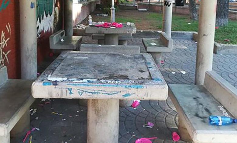 Photo of Festeggiano, poi lasciano tutto sporco: la segnalazione di un lettore