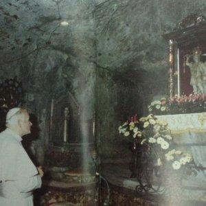 Giovanni Paolo Ii In Preghiera Davanti L'arcangelo
