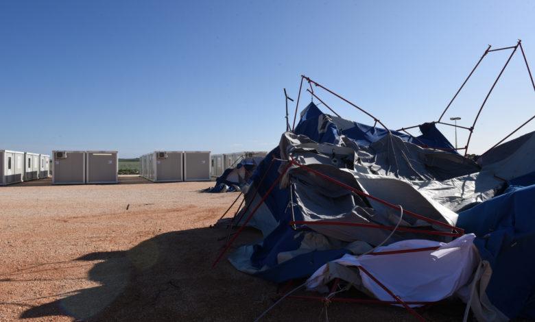 Il vento distrugge le tende