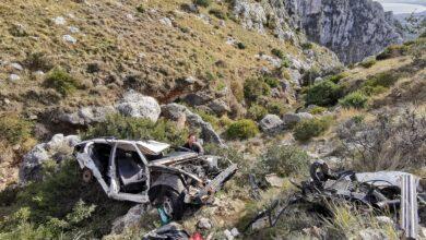Photo of Carcasse di auto nella Valle degli Eremi di Pulsano, ragazzi fanno a pezzi un'auto per liberare l'area