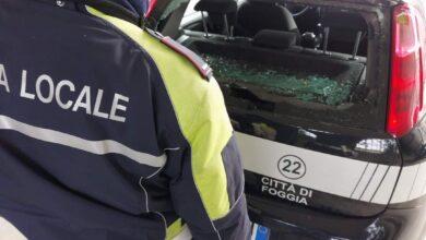 Photo of Sasso contro l'auto della Polizia Locale: in frantumi il lunotto posteriore