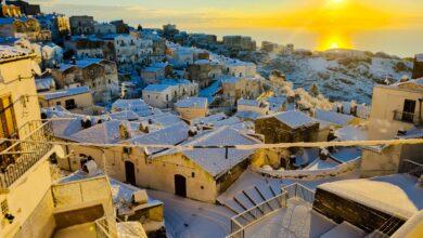 """Photo of Che incanto sul Gargano, Monte Sant'Angelo si sveglia avvolto da una candida """"coperta"""" di neve"""